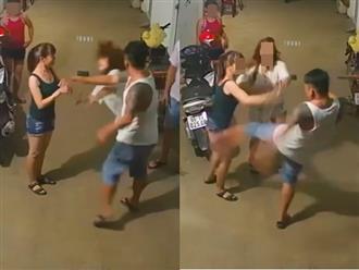 Tranh cãi trong khu trọ, người đàn ông xăm trổ liên tục đánh tát, đạp vào bụng hai cô gái trẻ