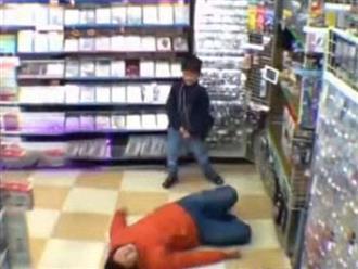 Cậu bé 6 tuổi dỗ ông bố ăn vạ 'quằn quại' giữa siêu thị, biết lý do xong ai nấy đều cười lăn lóc