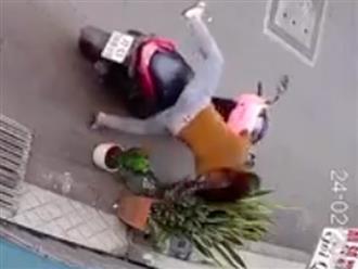 Góc kiên trì: Cô gái đi xe tay ga ngã chổng vó nhưng vẫn cố quay lại trộm cây cảnh trước cửa nhà dân