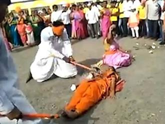 Video: Người đàn ông bịt mắt bổ dừa trên thân người