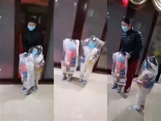Đòi ra ngoài chơi, hai bé trai được mẹ trang bị đồ bảo hộ 'thách thức virus corona' khiến ai nấy vừa thương vừa buồn cười