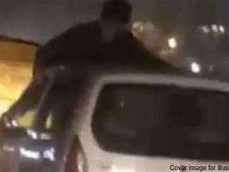 Bắt quả tang vợ ngoại tình, chồng suýt chết vì nhảy lên nóc xe tình địch đánh ghen