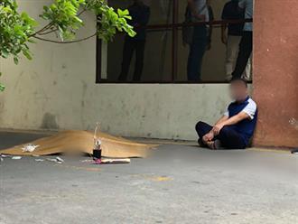 Vụ nam công nhân sửa điều hòa rơi từ tầng 18 chung cư tử vong: Xót xa cảnh cha mẹ khóc ngất bên thi thể con