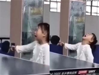 Vừa chống nạnh vừa khóc lóc, bé gái vẫn đánh bóng bách phát bách trúng khiến người xem không tin nổi