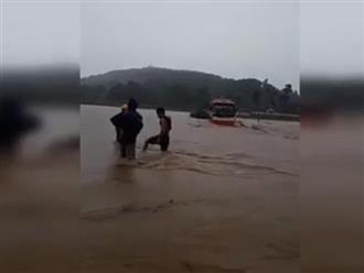 Kinh hãi xe chở hàng chục người cố vượt qua dòng lũ chảy xiết