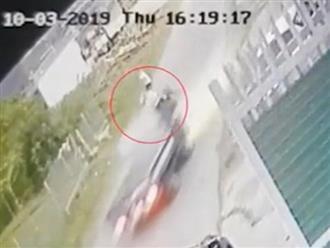 Ô tô tải lao như tên bắn, người đàn ông đi xe máy loạng choạng ngã ngay trước mũi xe