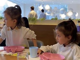 Thấy hai con gái cứ nhìn chằm chằm bàn bên cạnh, mẹ tò mò ngó sang thì cạn lời khi biết lý do