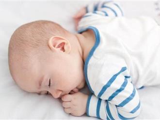 """4 tư thế ngủ của bé dễ khiến bố mẹ """"điên người"""" nhưng chứng minh siêu thông minh"""