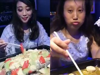Ăn đồ cay cô gái lập tức 'biến hình' khiến bạn trai hú hồn, ai nhìn xong cũng cười xỉu lên xỉu xuống