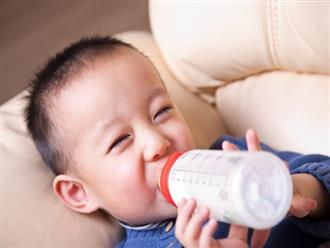 Bé 2 tuổi bị hoại tử ruột khiến cả nhà ôm hận: BS cảnh báo thói quen pha sữa sai lầm khiến hại con
