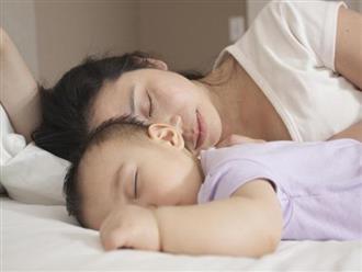 Bế con từ cũi lên giường ngủ chung, mẹ không ngờ đây là lần cuối được ngủ cùng con