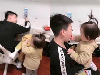 Bé gái 2 tuổi đã biết chăm sóc anh trai vô cùng ngọt ngào, ai cũng khen mẹ dạy con quá khéo