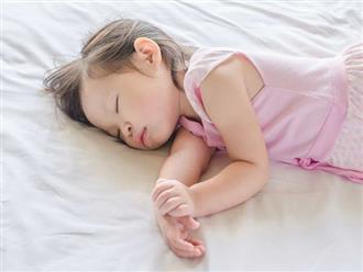 Bố mẹ cần sửa ngay cho con 8 sai lầm khi ngủ dưới đây nếu không muốn trẻ ốm yếu, chậm phát triển