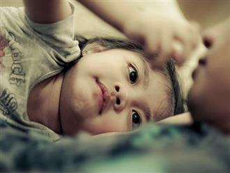 Bố ngủ cùng con gái 15 tuổi mỗi tối, bất ngờ khi nhìn thấy đồ tế nhị trong cặp con