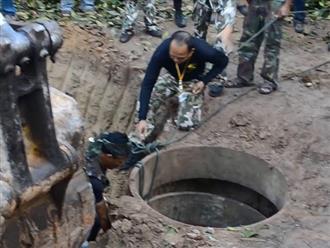 Cả làng tụ họp dùng máy xúc phá cái giếng sâu để cứu voi con, cảnh tượng khiến ai cũng xúc động