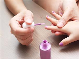 Cha mẹ sẽ ngừng ngay việc sơn thử 1, 2 ngón tay của con cho vui nếu biết được những điều này