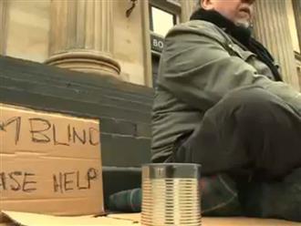 Chỉ viết 1 câu lên tấm biển, cô gái giúp lão ăn mày xin được đầy hộp tiền