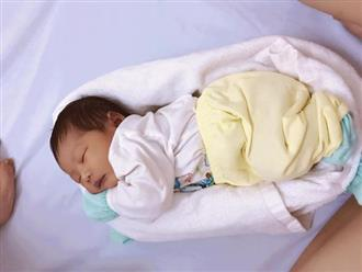 Chỉ với vài thao tác quấn ổ đơn giản, mẹ chẳng cần tốn nhiều sức mà bé sơ sinh vẫn tự ngủ ngon lành