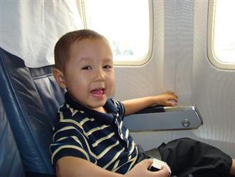 """Cho con đi máy bay, bố mẹ hãy nhớ vị trí các """"ổ"""" vi khuẩn không nên cho bé chạm vào"""