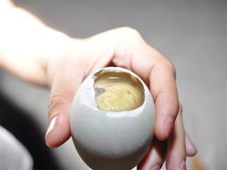 Cho trẻ ăn trứng vịt lộn tưởng bổ béo hóa ra con rước bệnh, hối hận không kịp