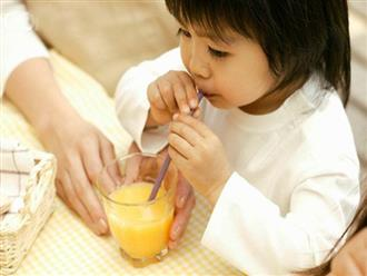 Cho trẻ uống nước ép trước khi đi ngủ: Thương con như thế bằng 10 hại con