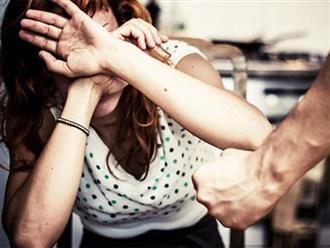 """Chồng đánh vợ ngay trong nhà: Con sẽ học """"giải quyết mọi việc bằng bạo lực"""""""