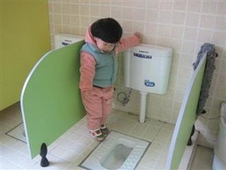 Cô giáo gửi ảnh con gái 4 tuổi trong nhà vệ sinh, người mẹ vô cùng tức giận cùng ban phụ huynh gặp ngay hiệu trưởng
