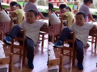 Cô giáo gửi ảnh con ngày đầu đi học có hành động lạ, mẹ xem xong không nói nên lời