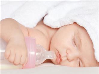 Có nên cho trẻ sơ sinh uống nước lọc, nước cơm hay một số loại nước hoa quả không?
