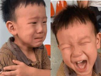 """Còn chưa ráo nước mắt vì đi tiêm, cậu bé đã khiến ai nấy phì cười với màn """"ăn mừng"""" khi thấy em mình cũng bị đau"""