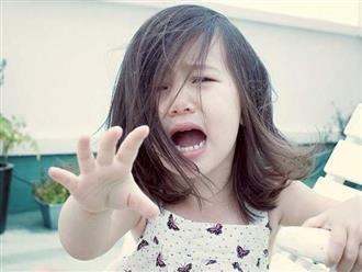 Con khóc trong ngày đầu đi học, thái độ của mẹ khiến bé mang bệnh nhiều năm về sau