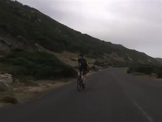 Đang đạp xe trên đèo, thanh niên ngoái nhìn phía sau phát hiện con vật kỳ lạ đuổi theo 'đọ sức' và cái kết