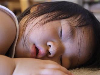 Đang ngủ trưa ở trường mẫu giáo, bé trai 5 tuổi miệng thâm đen, không thể thở và đột tử trong tích tắc