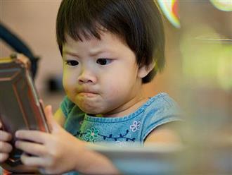 Dỗ cháu bằng cách cho xem hoạt hình trên điện thoại, ông bà vô tình khiến cháu 3 tuổi bị cận thị nặng