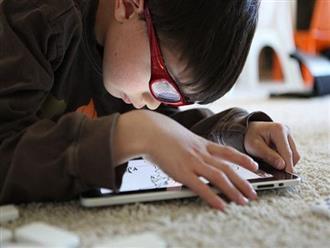 Dỗ con bằng smartphone, khiến bé bị giật cơ mặt, nhíu mũi