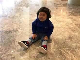 Đưa con trai 5 tuổi đến buổi họp lớp, cậu bé được mọi người khen hết lời nhưng chỉ 1 hành động đủ khiến mẹ bẽ mặt