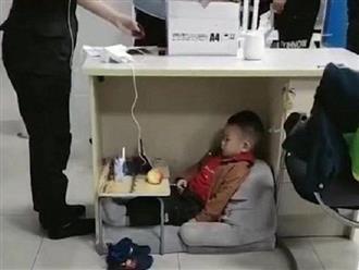Đứa trẻ chăm chú xem ipad dưới gầm bàn làm việc, biết được sự thật phía sau ai cũng phải đỏ hoe mắt