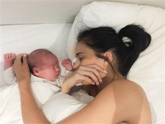 Hai em bé sơ sinh tử vong sau khi nằm ngủ chung với bố mẹ