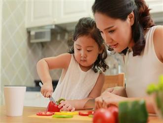 """Hoa hậu Hương Giang bày tuyệt chiêu """"dụ"""" con gái học nấu ăn, bé biết luộc rau, rán trứng từ khi 5 tuổi"""