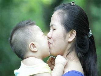 Hôn trẻ nhiều có thể lây vi khuẩn gây ung thư