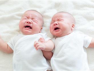 Làm theo mẹo dân gian, cha mẹ dùng kim châm liên tiếp quanh rốn bé mới sinh để dỗ con nín khóc