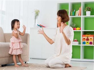"""Mẹ dắt con vào nhà vệ sinh nhưng bé nhất định không đi, nói 1 câu khiến mẹ """"đứng hình"""""""