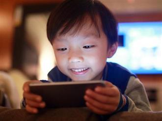 """""""Mẹ ơi, con muốn dùng điện thoại"""", câu trả lời của 2 bà mẹ quyết định tính cách tương lai của 2 đứa trẻ"""