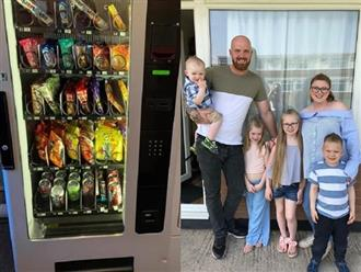 Mua máy bán hàng tự động về nhà để dạy con cách tiêu tiền
