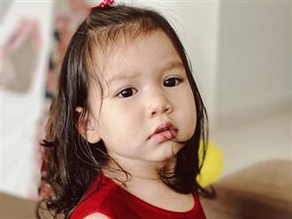 Myla mới 21 tháng tuổi đã thuộc làu bảng chữ cái tiếng Anh, ai cũng khen thông minh và xin bằng được bí quyết dạy con của siêu mẫu Hà Anh