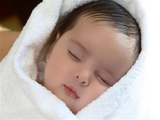 Nếu thấy con ngủ tư thế này xin chúc mừng chứng tỏ bé siêu thông minh, IQ cực kì cao