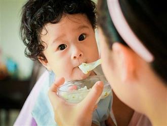 Nhá cơm, hôn môi trẻ và những nguy cơ tiềm ẩn bệnh tật