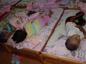 Nhìn ảnh con gái ngủ trưa do cô giáo gửi, mẹ lao thẳng tới trường yêu cầu đuổi việc cô