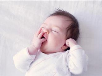 """Sau vài ngày sinh con, ông bố đã đúc rút được kinh nghiệm quý giá cha mẹ nuôi con nhỏ nên """"gối đầu giường"""""""