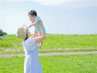Tắm nắng cho trẻ đúng cách để bé khỏe mạnh thông minh: Mẹ thương con chớ bỏ qua